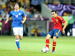 01.07.2012, Olympia Stadion, Kiew, UKR, UEFA EURO 2012, Spanien vs Italien, Finale, im Bild RICCARDO MONTOLIVO ITA XAVI HERNANDEZ SPA // RICCARDO MONTOLIVO ITA  XAVI HERNANDEZ SPA // during the UEFA Euro 2012 Final Match between Spain and Italy at the Olympic Stadium, Kiev, Ukraine on 2012/07/01. EXPA Pictures © 2012, PhotoCredit: EXPA/ Newspix/ Michael Nowak..***** ATTENTION - for AUT, SLO, CRO, SRB, SUI and SWE only *****