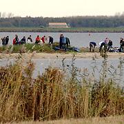 NLD/Huizen/20051105 - Vogelgroep Huizen maakt de vogeleilanden schoon Gooimeer Huizen, milieu, natuur, riet, water, vogels, zandbank