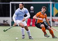 EINDHOVEN - hockey - Sardar Singh van Bloemendaal (l) met Sander Baart van OZ tijdens de hoofdklasse hockeywedstrijd tussen de mannen van Oranje-Zwart en Bloemendaal (3-3). COPYRIGHT KOEN SUYK