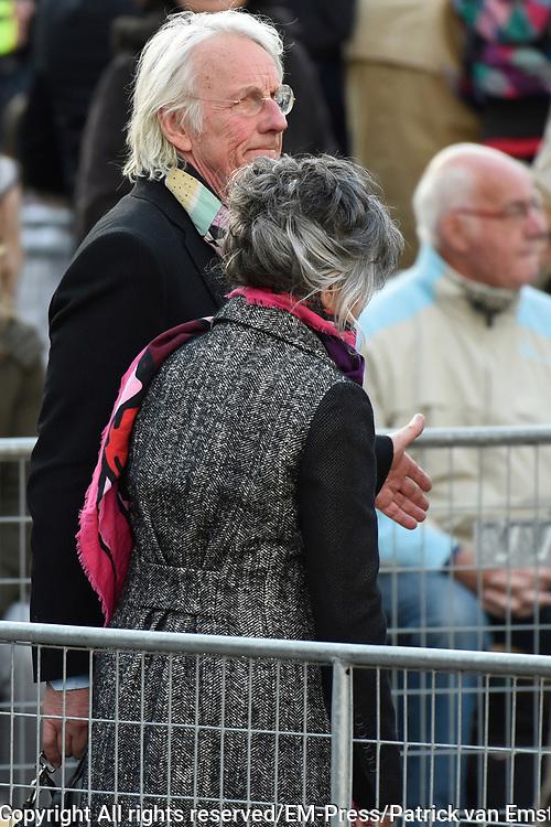 Nationale dodenherdenking bij het Nationaal Monument op de Dam.<br /> <br /> National Memorial Day at the National Monument on Dam Square.<br /> <br /> Op de Foto / On the Photo:  Freek en Hella de Jonge