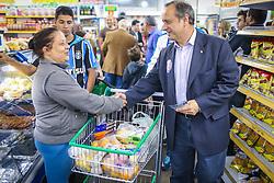 """O candidato a governador do Estado pela coligação """"O Rio Grande Merece Mais"""", Vieira da Cunha durante caminhada no supermercado Sacolão Rocha, no bairro Guajuviras, em Canoas. FOTO: Jefferson Bernardes/ Agência Preview"""