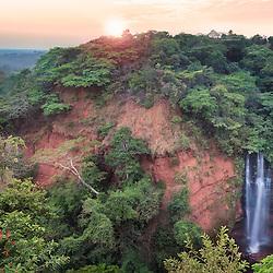 """Nascer-do-sol nas quedas de Bem Casados. Maravilha de lugar, aonde se aprecia um """"par"""" de quedas-de-água, de dois rios que depois das suas respectivas cachoeiras se unem em um só rio. Estas são as quedas do lado direito. Estes rios são afluentes do rio Lui. Província de Malanje, Angola."""