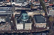 Luchtfoto van Rabobank in het voormalig kantoor van de Friesland Bank aan de Willemskade in Leeuwarden. Kenmerkend is de grote glazen koepel op het dak. Rechts de 'Beurs', waarin de Bibliotheek en de ANWB-winkel gehuisvest zijn. Links van de Rabobank de uitgang van de Parkeergarage Zaailand op de Zuiderstraat.