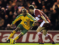 Fotball<br /> Premier League 2004/05<br /> Middlesbrough v Norwich<br /> 28. desember 2004<br /> Foto: Digitalsport<br /> NORWAY ONLY<br /> Norwich's Leon McKenzie (L) tries to beat Middlesbrough's Colin Cooper