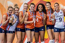 01-10-2017 AZE: Final CEV European Volleyball Nederland - Servie, Baku<br /> Nederland verliest opnieuw de finale op een EK. Servië was met 3-1 te sterk / Team Nederland pakt de zilveren medaille, Robin de Kruijf #5 of Netherlands, Myrthe Schoot #9 of Netherlands, Celeste Plak #4 of Netherlands, Yvon Belien #3 of Netherlands, Femke Stoltenborg #2 of Netherlands, Kirsten Knip #1 of Netherlands, Maret Balkestein-Grothues #6 of Netherlands