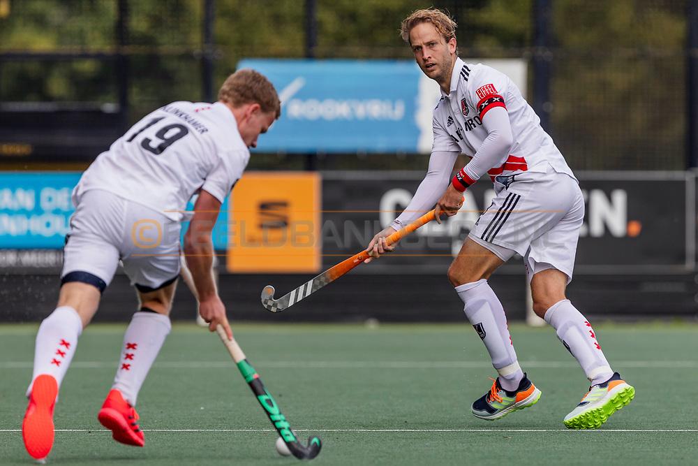 DEN BOSCH -  Hockey TULP Hoofdklasse Heren: Den Bosch v Amsterdam (5-1), seizoen 2020-2021.<br /> Foto: Billy Bakker (Amsterdam, captain) vraagt om bal van Ties  Klinkhamer (Amsterdam)