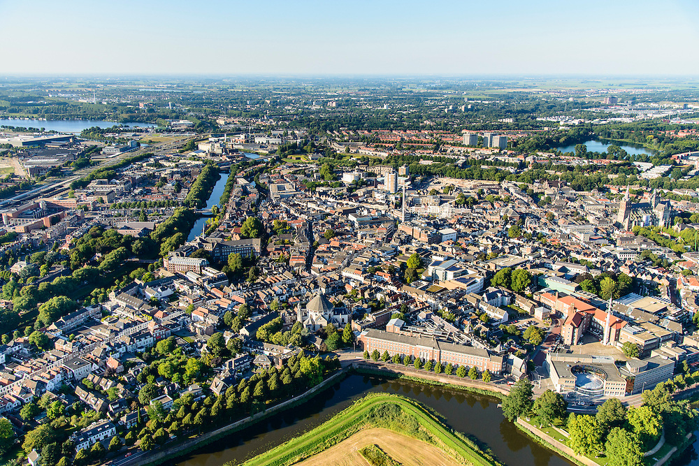 Nederland, Noord-Brabant, Den Bosch, 23-08-2016; overzicht binnenstad Den Bosch vanaf Bossche Broek. Links water van de Dommel, in de voorgrond Singelgracht, Parklaan, Zuidwal.<br /> Downtown Den Bosch from the South.<br /> <br /> luchtfoto (toeslag op standard tarieven);<br /> aerial photo (additional fee required);<br /> copyright foto/photo Siebe Swart
