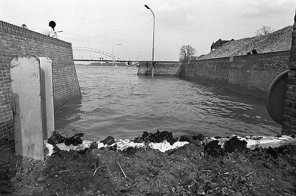 Nederland, Nijmegen 15-4-1983Tijdens de hoge waterstand van de Waal wordt de benedenstad van de Waalkade afgesloten door een barricade van planken met daartussen paardenmest. De benedenstda is dan nog niet helemaal herbouwd. Hoogwater, milieu, klimaatverandering,overstromen,overstromingschade. Wateroverlast. april 1983Foto: Flip Franssen/Hollandse Hoogte