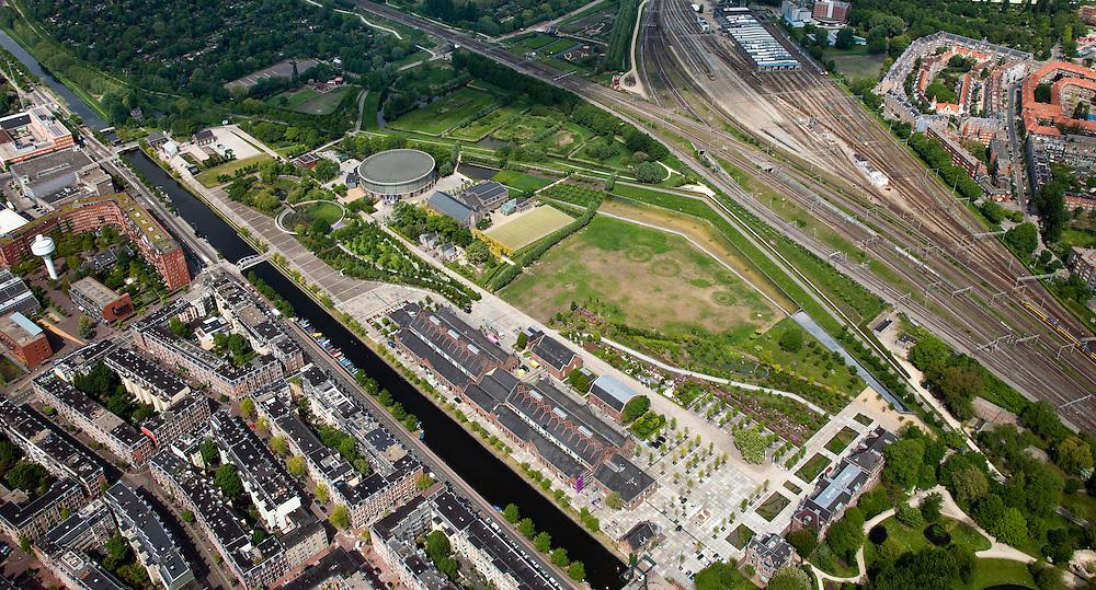 Nederland, Amsterdam, Westerpark, 25-05-2010. Overzicht Cultuurpark Westergasfabriek. Linksonder Staatsliedenbuurt, rechtsboven Spaandammerbuurt. Aan het water de gebouwen   Zuiveringshal, daarachter Ketelhuis en Machingebouw. Midden het park (architecte Kathryn Gustafson) met de voormalige gashouder. Rechtsonder het stadsdeelkantoor..Het ernstige vervuilde terrein is gesaneerd de voormalige fabrieksgebouwen hebben een culturele bestemming gekregen, het terrein wordt gebruikt voor manifestaties, tentoonstelling, expositie, cultuur, industrieel en cultureel erfgoed: cultuurpark. .Overview Culture Park Westergasfabriek..Left of the canal to Haarlem Staatsliedenbuurt, adjacent to the water Zuiveringshal and the buildings, Ketelhuis and Machingebouw. In the middle the park with the former gasometer..The former industrial buildings have a cultural destination, the site is used for events, exhibitions, cultural manifestations: culture park..luchtfoto (toeslag), aerial photo (additional fee required).foto/photo Siebe Swart