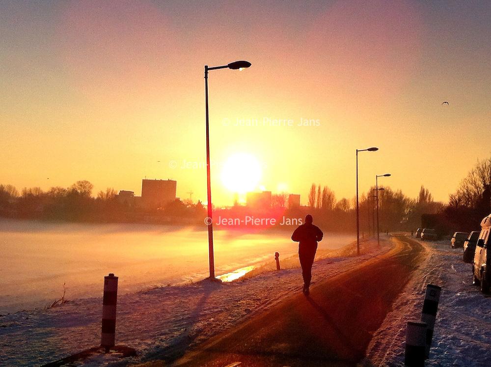 Nederland, Amsterdam , 25 januari 2013..Zonsopgang ter hoogte van de Landsmeerderdijk in amsterdam Noord, Noord Holland.Foto:Jean-Pierre Jans
