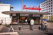 the Bundesbuedchen, historical newspaper kiosk in the former government district, Bonn, North Rhine-Westphalia, Germany.<br /> <br /> das Bundesbuedchen, historischer Zeitungskiosk im ehemaligen Regierungsviertel, Bonn, Nordrhein-Westfalen, Deutschland.