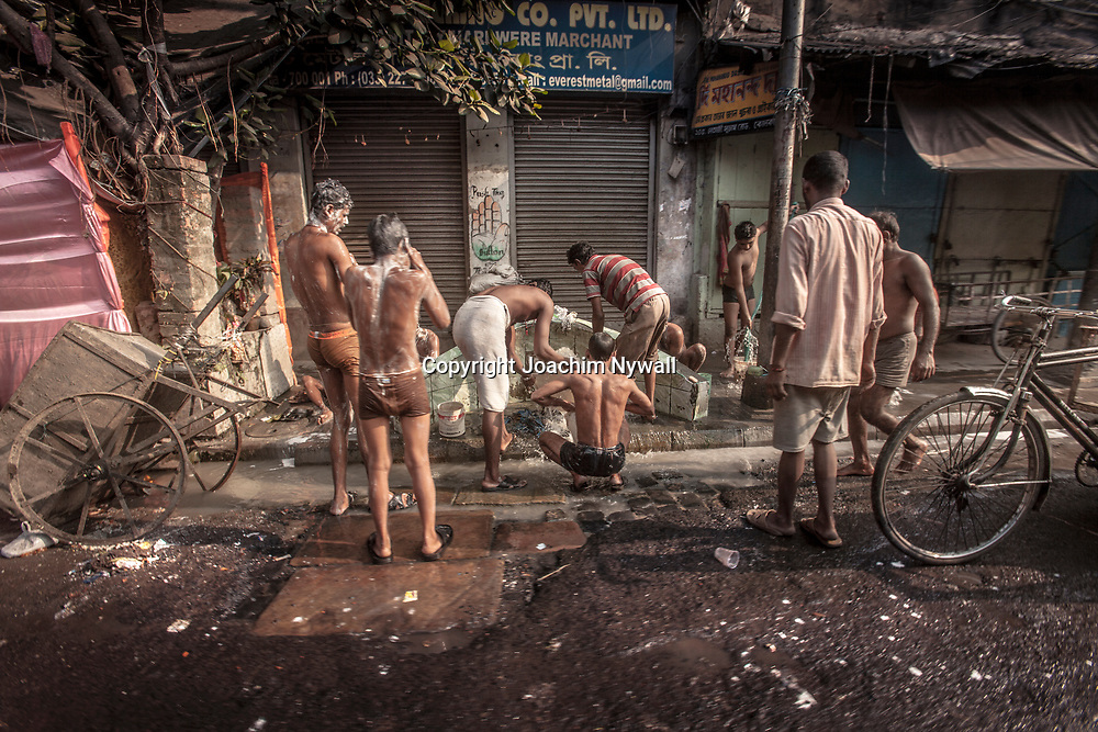 2014 10 29  Kolkata Calcutta <br /> West Bengal India Indien<br /> morgon ritualer MG road <br /> <br /> <br /> ----<br /> FOTO : JOACHIM NYWALL KOD 0708840825_1<br /> COPYRIGHT JOACHIM NYWALL<br /> <br /> ***BETALBILD***<br /> Redovisas till <br /> NYWALL MEDIA AB<br /> Strandgatan 30<br /> 461 31 Trollhättan<br /> Prislista enl BLF , om inget annat avtalas.