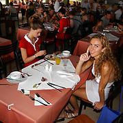 Miss Nederland 2003 reis Turkije, hotel Club Paradiso, restaurant, Margriet de Vos