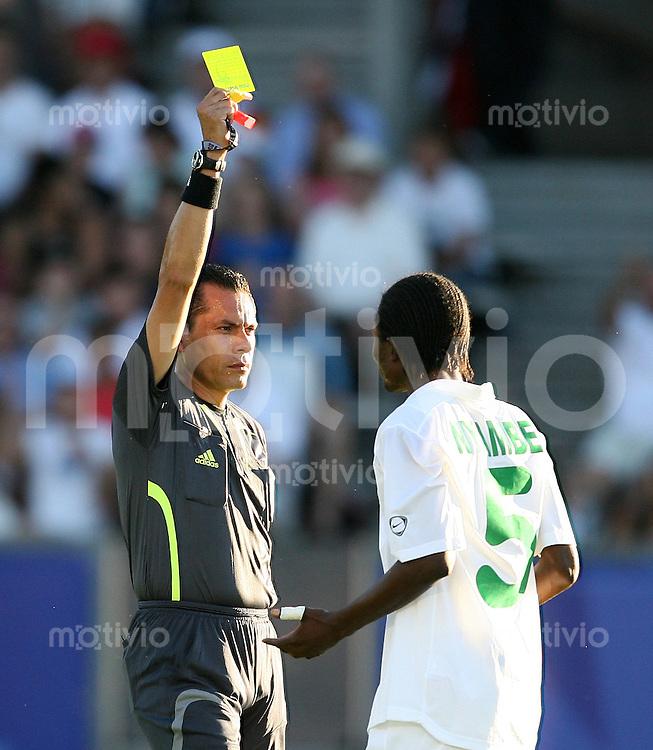 Fussball International U 20 WM  Sambia 1-2 Spanien Schiedsrichter German Arredondo (MEX,li) zeigt Hery Nyambe (ZAM) die Gelbe Karte