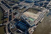 Nederland, Zuid-Holland, Rotterdam, 20-03-2009; Nassaukade in de wijk Feijenoord, gebouw de Brug, hoofdkantoor van Unilever Nederland B.V, gebouwd boven een oude margarinefabriek. In het kantoorgebouw De Brug ook dochteronderneming Unilever Foodsolutions (voert o.a. de merknamen Knorr, Unox, Calvé, Becel en Conimex). Op de verschillende braakliggende en leegstaande terreinen zullen stadswoningen gebouwd worden. Air view on the south bank of the river Meuse of Rotterdam. The head office of Unilever is called Building The Bridge (m)..Swart collectie, luchtfoto (toeslag); Swart Collection, aerial photo (additional fee required).foto Siebe Swart / photo Siebe Swart