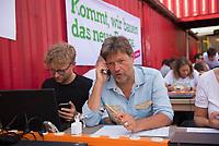DEU, Deutschland, Germany, Berlin, 24.05.2019: Dr. Robert Habeck, Bundesvorsitzender von BÜNDNIS 90/DIE GRÜNEN, ruft im Rahmen einer Telefonaktion Mitglieder an und lädt sie zum Mitmachen bei den Aktionen am Tag vor der Europawahl ein. Startschuss zum Wahlkampf-Endspurt von BÜNDNIS 90/DIE GRÜNEN zur Europawahl im Osthafen.