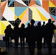 Duitsland, Dusseldorf, 2-6-2012In deze stad aan de rivier de Rijn, de hoofdstad van Nordrhein-Westfalen, was vandaag een Japan dag.Het bracht veel mensen op de been. Mozaik van Paul Klee op de muur van het museum voor moderne kunsten. Silhouetten van mensen ervoor. K20 Grabbeplatz.Foto: Flip Franssen/Hollandse Hoogte