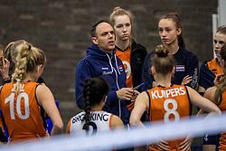 30-03-3018 NED: Nederland - Wit Rusland, Arnhem<br /> De Nederlandse volleybal meisjes jeugd spelen hun eerste oefeninterland op Papendal in Arnhem tegen Wit Rusland en wonnen met 3-0 / Coach Eelco Beijl