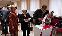 10.05.2015 Kobylin - Borzymy woj podlaskie Wybory prezydenckie . W wyborach prezydenckich w 2010 roku na kandydata PiS Jaroslawa Kaczynskiego w I turze glosowalo tu 86% uprawnionych , w II turze zdobyl 92% glosow , najwiecej w kraju n/z glosowanie w Obwodowej Komisji Wyborczej nr 1 w urzedzie gminy fot Michal Kosc / AGENCJA WSCHOD