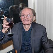NLD/Amsterdam/20191210 - Rijmprent Ramsey Nasr onthuld, Remco Campert met glas rode wijn en een sigaret
