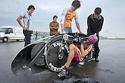 Wil Baselmans stapt in de Velox. HPT Delft, een team van studenten van de TU Delft en de VU Amsterdam, trainen op de baan van de RDW voor de recordpoging ligfietsen.<br /> <br /> Wil Baselmans is getting in the Velox. The HPT (Human Powered Team) is training at the test track in Lelystad for their attempt to break the world record Human Powered Vehicles.