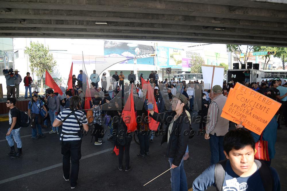 Toluca, México.- Un grupo de anarquistas mezclados en la marcha iniciada por integrantes del SME, exbraceros iniciaron tuvieron un pequeño enfrentamiento con elementos de la SSC cuando se encontraba en el cruce de Isidro Fabela y Paseo Tollocan, esto en el marco de la Cumbre de Líderes de América del Norte que se lleva a cabo en la capital mexiquense. Agencia MVT / Crisanta Espinosa