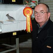 Dhr. Visser met prijs en vogel bij Vogelvreug tentoonstelling