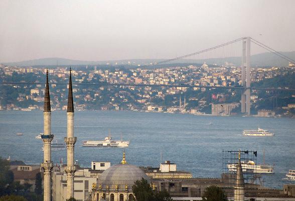 Turkije, Istanbul, 4-6-2011Uitzicht op de stad aan de Bosporus. Minaretten van een moskee tegen de achtergrond van de Bogazici brug.Foto: Flip Franssen