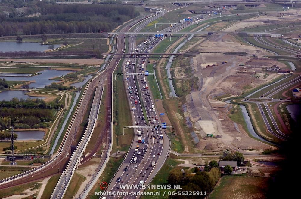 NLD/Rotterdam/20070423 - Rondvlucht boven Rotterdamse in een helicopter, snelweg, rechts aanleg HSL
