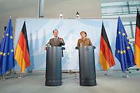 10 JAN 2007, BERLIN/GERMANY:<br /> Franz Muentefering (L), SPD, Bundesarbeitsminister, und Angela Merkel (R), CDU, Bundeskanzlerin, waehrend einer Pressekonferenz zu den Ergebnissen der vorangegangenen Kabinettsitzung, Bundeskanzleramt<br /> IMAGE: 20070110-01-028<br /> KEYWORDS: Franz Müntefering