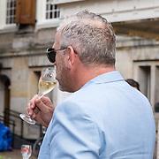 NLD/Amsterdam/20190618 - Piper-Heidsieck Leading Ladies Awards, Gordon drinkt een wijntje