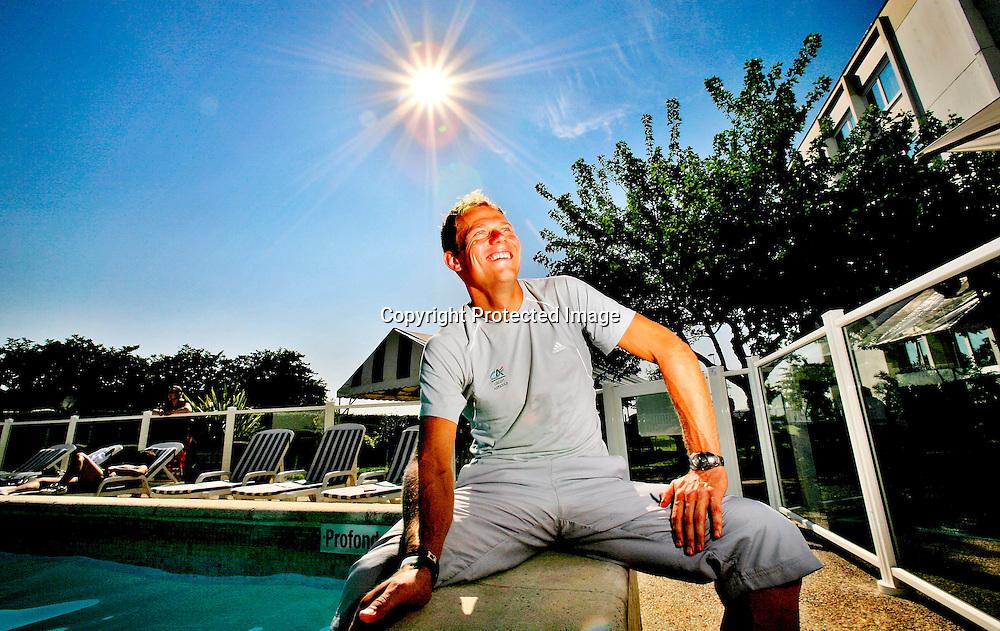 Bordeaux, 20060710: Thor Hushovd slappet av ved bassenget, på hviledagen i Tour de France.....Foto: Daniel Sannum Lauten/ Dagbladet *** Local Caption *** Hushovd,Thor