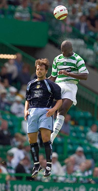 Fotball<br /> England 2005/2006<br /> Foto: SBI/Digitalsport<br /> NORWAY ONLY<br /> <br /> Celtic v Leeds United, pre season friendly at Celtic Park.<br /> <br /> Sunday 24/07/2005<br /> Bobo Balde gheads clear from David Healy