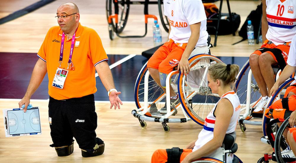 Engeland, Londen, 30-08-2012.<br /> Paralympische Spelen.<br /> Rolstoelbasketbal, Vrouwen, Poulewedstrijd.<br /> Nederland - Groot-Brittannie.<br /> Gertjan van der Linden, de bondscoach van Nederland geeft aanwijzingen tijdens een time-out.<br /> Foto : Klaas Jan van der Weij