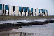 R.J. Cleveringsluizen (spuisluizen) in werking bij Lauwersoog