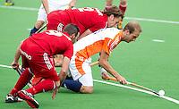 MELBOURNE -    Billy Bakker (r) wordt belaagd door de Belgen Sebastien Dockier (l) en Xavier Reckinger tijdens de hockeywedstrijd tussen de mannen van Nederland en Belgie (5-4) bij de Champions Trophy hockey in Melbourne.  ANP KOEN SUYK