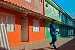 Um operário faz os últimos retoques em um conjunto de casas construidas no lugar onde o jogador Ronaldinho Gaucho morou, no bairro Guaruja, em Porto Alegre, sul do Brasil. Ronaldinho construiu estas casas para alugar a familias de baixa renda. FOTO: Jefferson Bernardes/Preview.com