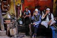 Inde, Delhi, vieux Delhi, maison de thé dans le quartier musulman // India, Delhi, Old Delhi, tea house in the old city, tea house
