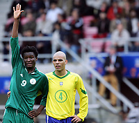 Fotball <br /> FIFA World Youth Championships 2005<br /> Emmen<br /> Nederland / Holland<br /> 12.06.2005<br /> Foto: Morten Olsen, Digitalsport<br /> <br /> Brasil v Nigeria 0-0<br /> <br /> John Obi Mikel - Nigeria<br /> Gladstone - Brasil