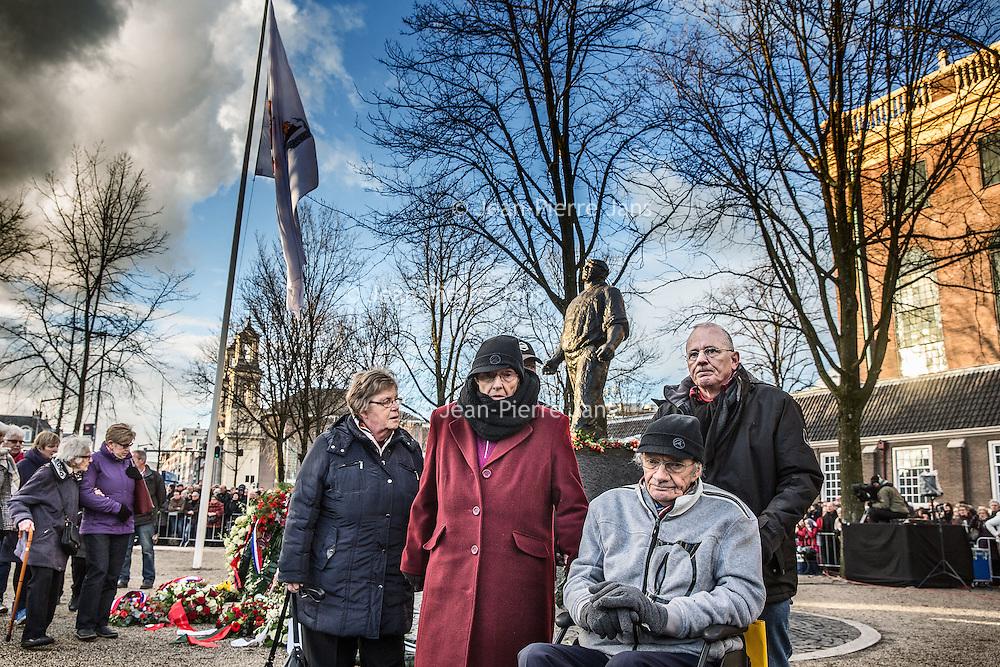 Nederland, Amsterdam, 25 februari 2016.<br /> In Amsterdam is donderdag voor de 75e keer de Februaristaking van 1941 herdacht. De opkomst was groot: nooit eerder waren er zoveel mensen.<br /> Tijdens een ceremonie bij het standbeeld van de Dokwerker op het Jonas Daniël Meijerplein stonden vele mensen stil bij het enige massale openlijke protest tegen de Jodenvervolging in Europa. Ook koning Willem-Alexander was bij de herdenking.<br /> <br /> <br /> Foto: Jean-Pierre Jans