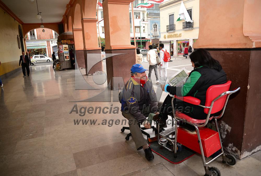 Toluca, Méx.- Los 14 boleros que trabajan de forma permanente en Los Portales de Toluca se quedaron este miércoles sin los módulos que les entregó el ayuntamiento para dignificar su labor. Agencia MVT / Crisanta Espinosa