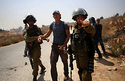 07.08.2015, Ramallah, PSE, Nahostkonflikt zwischen Israel und Palästina, im Bild Israelische Sicherheitskräfte // Israeli security forces detain a foreign activist during clashes following a protest against Jewish settlements and the expropriation of Palestinian land, Palestine on 2015/08/07. EXPA Pictures © 2015, PhotoCredit: EXPA/ APAimages/ Shadi Hatem<br /> <br /> *****ATTENTION - for AUT, GER, SUI, ITA, POL, CRO, SRB only*****