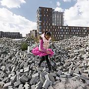 Nederland Amsterdam 15-09-2010 20100915..Nieuwbouw wijk IJburg, woningen in het hogere segment. Meisje speelt  op braakliggend terrein met stapels bakstenen dat nog bebouwd zal gaan worden.  IJburg is een woonwijk in aanbouw in het oosten van de gemeente Amsterdam, in de Nederlandse provincie Noord-Holland. Kenmerkend aan de in het IJmeer gelegen wijk is dat deze op kunstmatige eilanden is gebouwd. IJburg maakt onderdeel uit van het stadsdeel Oost. Holland, The Netherlands, dutch, Pays Bas, Europe , Yburg, het Ij, Het Y, , gebiedsontwikkeling, waterwijk, waterwijken, waterwoning, waterwoningen, wijk, wijken, wonen aan het water, woning, woningaanbod, woningbouw, woningen, woningmarkt, woningvoorraad, woonbuurt, woonbuurten, woonlast, woonlasten, woonwijk, woonwijken, toekomstige plannen, uitbreidingsgebieden, vastgoed, vernieuwing, vernieuwing stedelijk, verstedelijking, vessel, vinex, vinex-locaties, vinex-wijken, vinexbuurt, vinexlocatie, vinexlokatie, vinexwijk, volkshuisvesting, voorgevel, woning, woningaanbod, woningbehoefte, woningblok, woningblokken, woningbouw, woningen, woningkopers, woningmarkt, woningvoorraad, woonblok, woonblokken, woongebied, woonlast, woonlasten, zichzelf vermaken..Foto: David Rozing