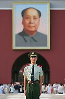 Wachposten vor dem Tiananmen Tor  mit Mao-Portrait. © Urs Bucher/EQ Images