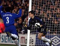 Fotball: Chelsea goalkeeper Carlo Cudicini celebrates saving a penalty from Liverpool Gary McAllister as team-mate Celestine Babayaro.<br /><br />Foto: David Rawcliffe, Digitalsport
