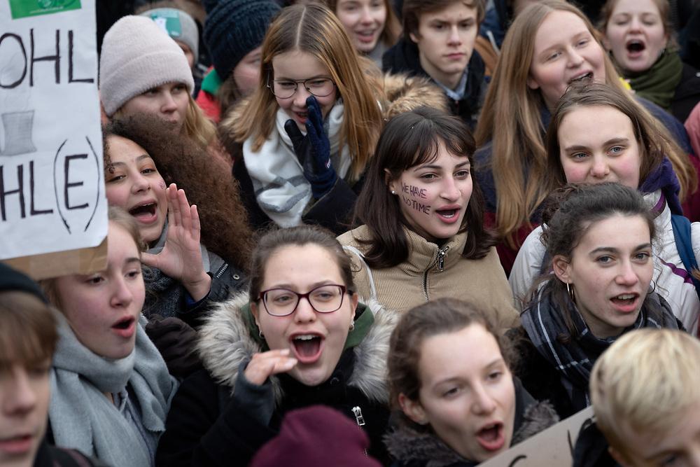 FridaysForFuture - Schulstreik für Klimaschutz: Nach Veranstalternangaben über 10.000 SchülerInnen und Studierende protestieren vor dem Bundesministerium für Wirtschaft und Energie in Berlin parallel zur Tagung der Kohlekommission für Klimaschutz und einen Ausstieg aus der Kohleverstromung. Vorbild für die Streikenden ist die schwedische Schülerin G r e t a  T h u n b e r g, die bereits seit Monaten jeden Freitag vor dem schwedischen Parlament für Klimaschutz protestiert.<br /> <br /> <br /> [© Christian Mang - Veroeffentlichung nur gg. Honorar (zzgl. MwSt.), Urhebervermerk und Beleg. Nur für redaktionelle Nutzung - Publication only with licence fee payment, copyright notice and voucher copy. For editorial use only - No model release. No property release. Kontakt: mail@christianmang.com.]