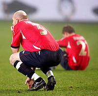 Fotball , 17. november 2007 , EM-kvalifisering , Norge - Tyrkia, Erik Hagen depper etter tapet mot Tyrkia , i bakgrunn kan man se Bjørn Helge Riise ,  Foto: Thomas Andersen , Digitalsport