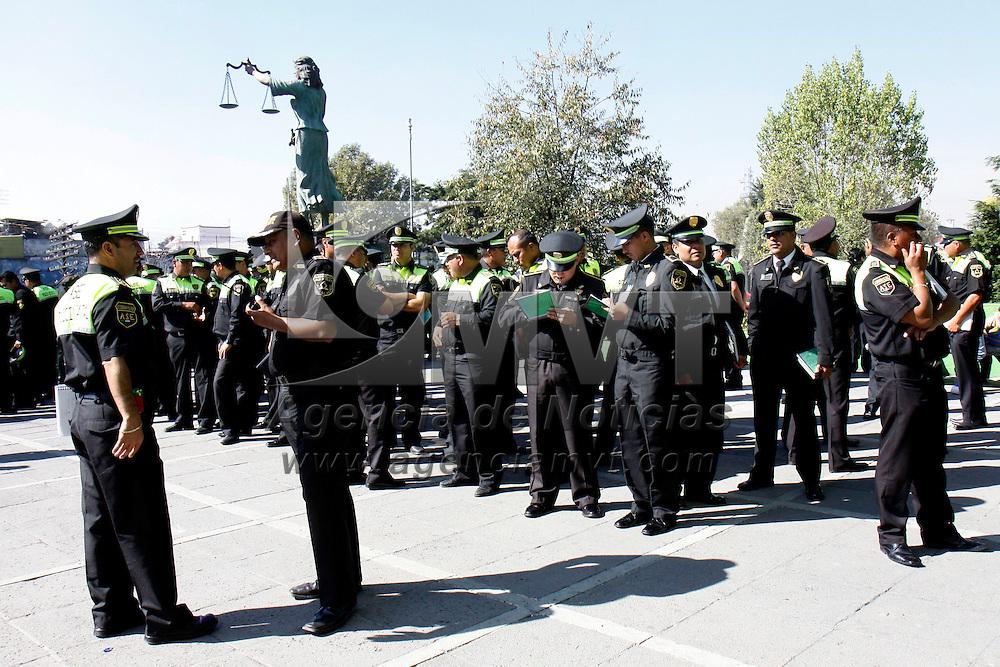 TOLUCA, México.- Alrededor de 500 elementos de la Agencia de Seguridad Estatal (ASE) acudieron a la Procuraduría General de Justicia del Estado de México a tomar un curso de inducción de cara a su participación en el operativo Compromiso Paisano Mexiquense, el cual iniciará el próximo 13 de noviembre y concluirá el 10 de enero. Agencia MVT / Crisanta Espinosa. (DIGITAL)