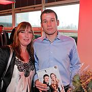 NLD/Hoofddorp/20101207 - Presentatie sportblad Helden nr.7, arbiter Pieter Vink en partner