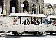 Frankrijk, france, Arles, 23-8-2017 Toeristentreintje in het antieke centrum van deze stad in de Provence . De Romeinse arena . Foto: Flip Franssen